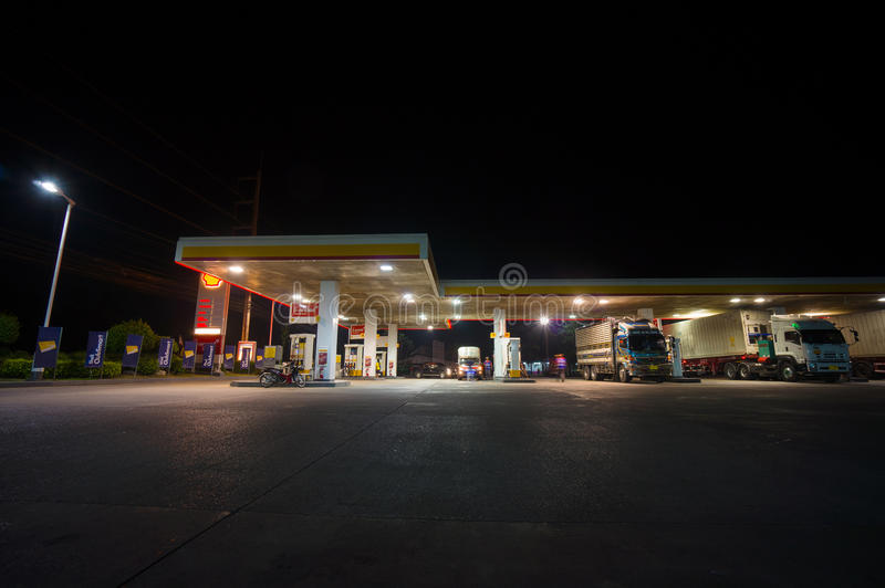 Hoed Yai, 02 juli 2014: Shell-benzinestation bij nacht in Hoed Yai, Ha royalty-vrije stock afbeelding