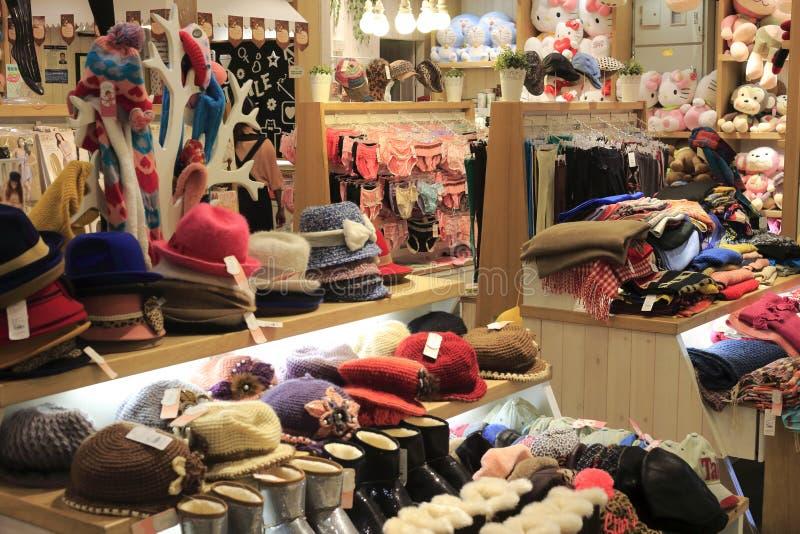 Hoeden en sjaals de winkel van de ondergoedkleding stock fotografie