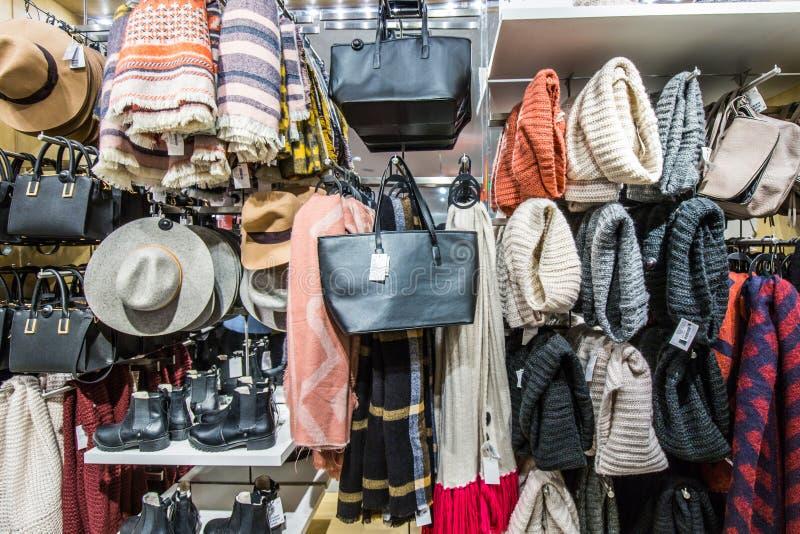 Hoeden en sjaals de winkel van de zakkleding royalty-vrije stock foto
