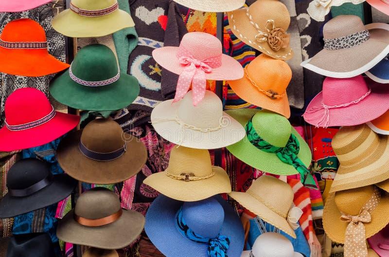 Hoeden op een markt stock fotografie