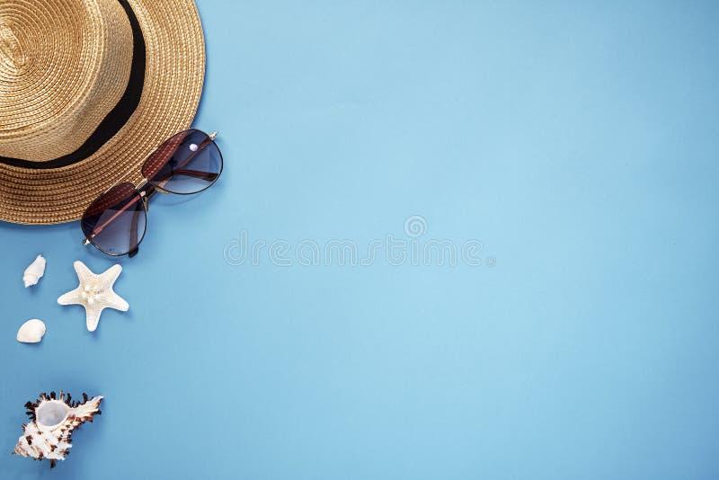 hoedensmartphone en zonnebril blauwe achtergrond royalty-vrije stock afbeeldingen