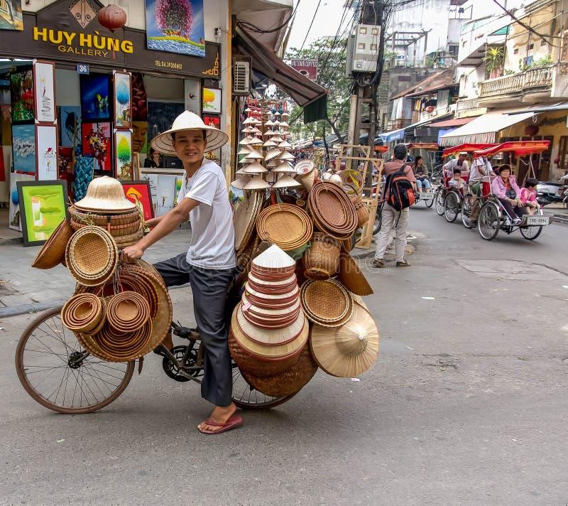 Hoedenverkoper in Hanoi, Vietnam stock afbeelding