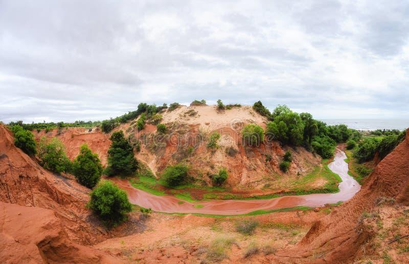 Hoefijzervormige stroom die een rode canion in Vietnam reduceren dichtbij Mui Ne stock foto's