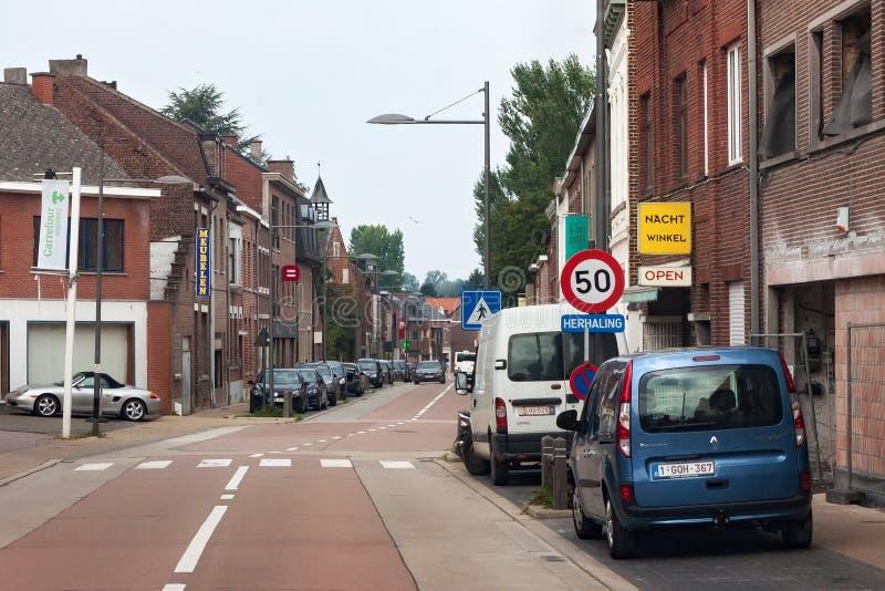 HOEGAARDEN BELGIEN - SEPTEMBER 04, 2014: Typiska byggnader för röd tegelsten i mitten av Hoegaardenen royaltyfri bild