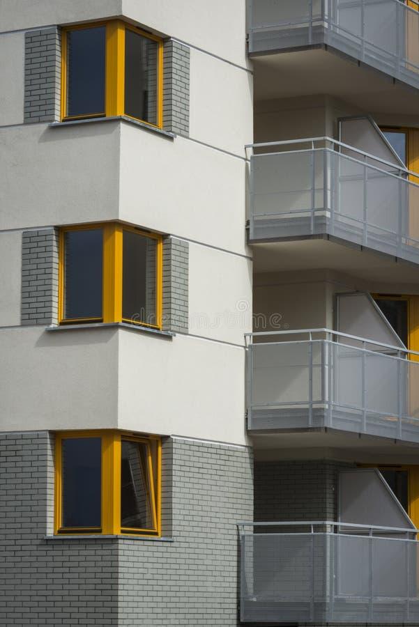 Hoek gele houten vensters in multifamiliehuis royalty-vrije stock foto