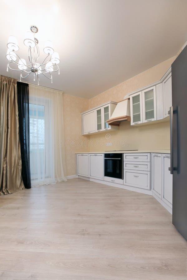 Hoek heldere keuken en koelkast stock foto
