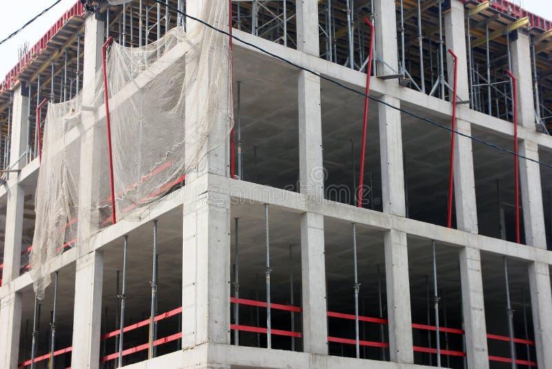 Hoek van de concrete bouw in aanbouw met monolithisch gewapend beton kader in Moskou, Rusland royalty-vrije stock fotografie