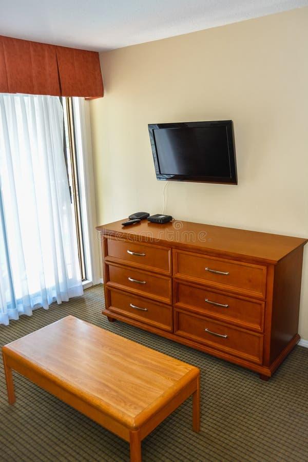 Hoek van de woonkamer met meubilair en TV-vertoning op de muur royalty-vrije stock afbeelding