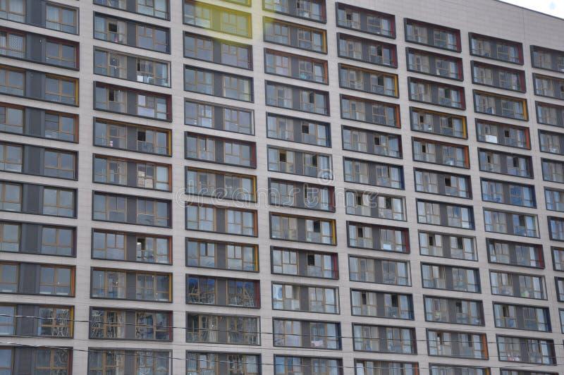 Hoek van een moderne woningbouw tegen de hemel stock afbeelding
