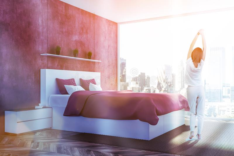 Hoek van rode slaapkamer, vrouw royalty-vrije stock fotografie