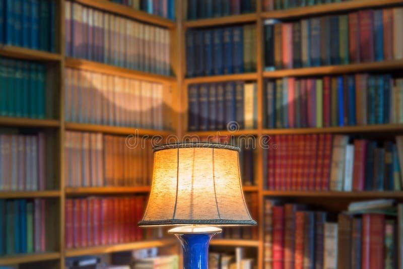 Hoekbibliotheek van oude boeken en kennis stock foto