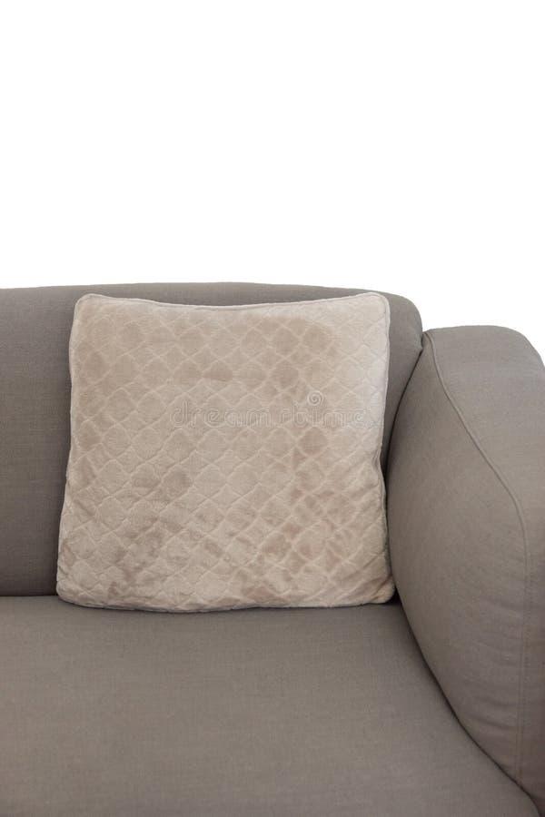 Hoekfragment van beige grijze beklede laag met fluweel decoratief kussen op witte muurachtergrond Geïsoleerde stock foto