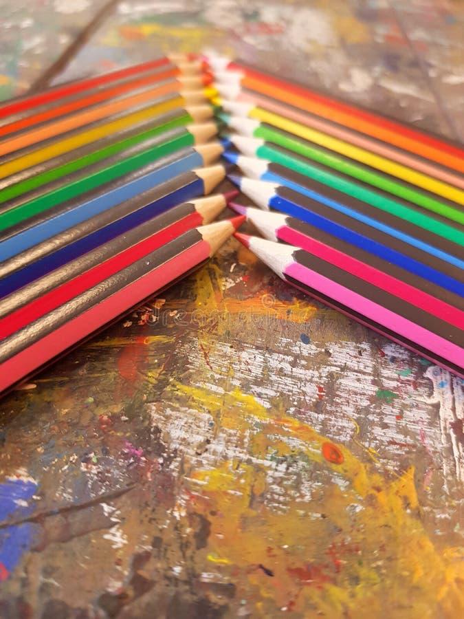 Hoekige die mening van potloden in regenboogorde wordt opgemaakt op een lijst met een witte achtergrond royalty-vrije stock foto's
