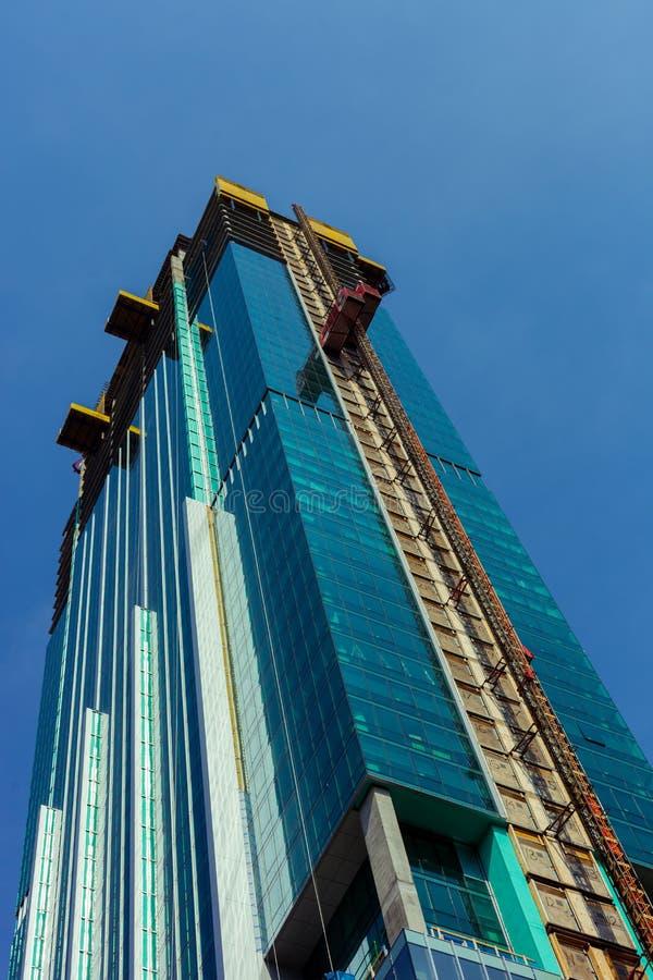 Hoekmening van glaswolkenkrabber in aanbouw in Chicago de stad in met blauwe hemel op de achtergrond royalty-vrije stock foto