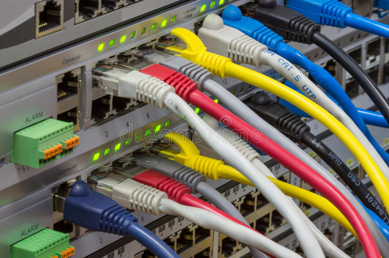 Hoekmening van telecommunicatierek met schakelaars en gekleurd stock afbeelding