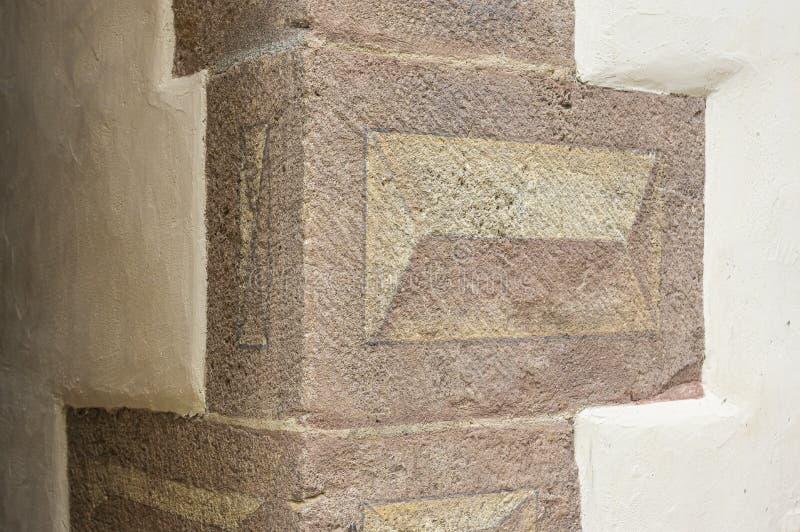Hoekstenen als Bossensteine met een driedimensioneel motief op een prachtig hersteld oud huis worden geschilderd dat stock afbeeldingen
