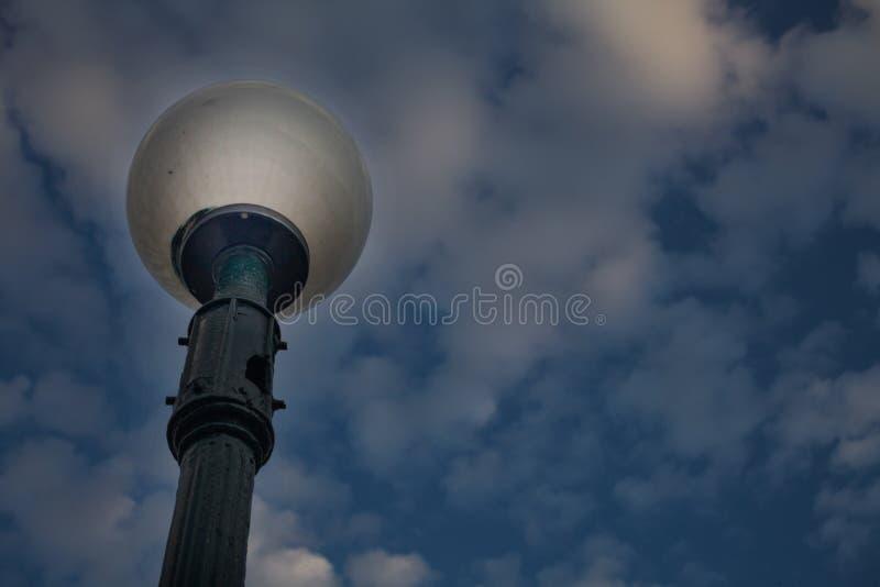 Hoekweergeven van Openluchtlamppost die zich onder Bewolkte Schemerige Hemel bevinden Close-upschot van Één Gerookte Straatlantaa royalty-vrije stock fotografie