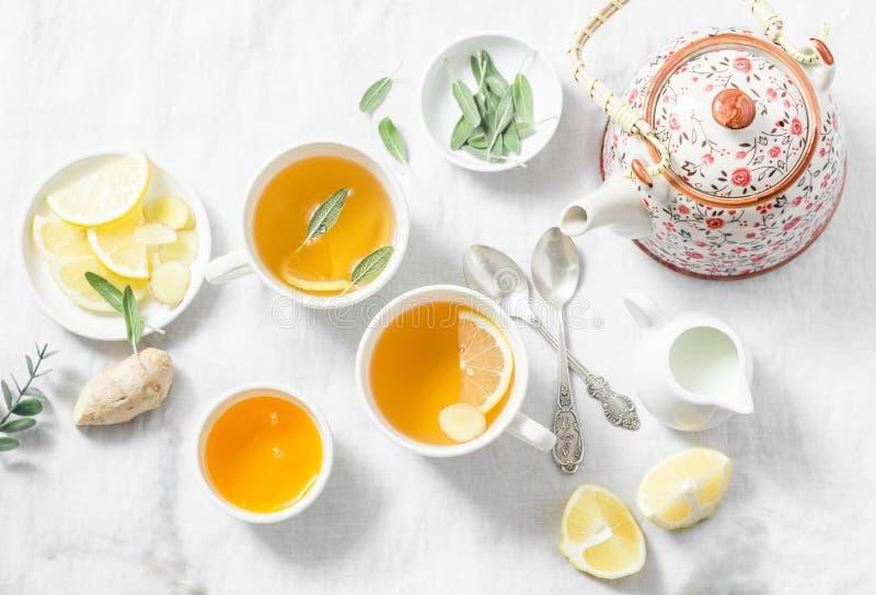 Hoestthee Groene thee met citroen, gember, salie op een lichte achtergrond, hoogste mening Gezonde detoxdrank royalty-vrije stock foto's