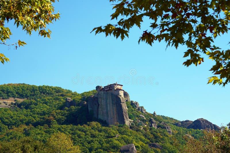Hoewel het klein is, het Klooster van Rousanou niets heeft aan de andere Meteora-kloosters te benijden stock foto's