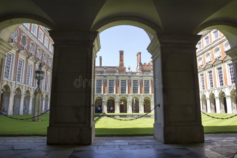 Hof bei Hampton Court Palace, der ursprünglich für hauptsächlichen Thomas Wolsey 1515 errichtet wurde, später lizenzfreies stockfoto