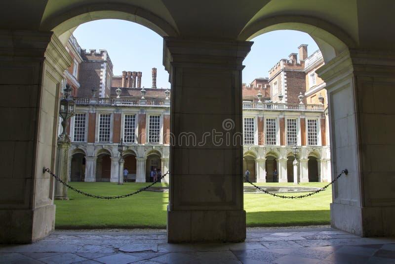 Hof bei Hampton Court Palace, der ursprünglich für hauptsächlichen Thomas Wolsey 1515 errichtet wurde, später stockbilder