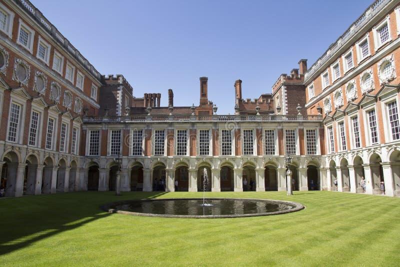 Hof bei Hampton Court Palace, der ursprünglich für hauptsächlichen Thomas Wolsey 1515 errichtet wurde, später lizenzfreies stockbild