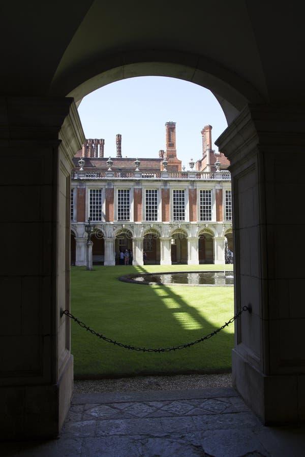 Hof bei Hampton Court Palace, der ursprünglich für hauptsächlichen Thomas Wolsey 1515 errichtet wurde, später stockfotografie