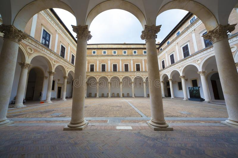 Hof des herzoglichen Palastes in Urbino stockbild