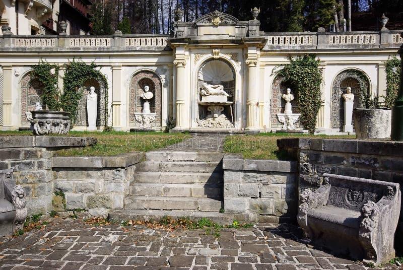 Hof des Peles Schlosses, Rumänien stockbild