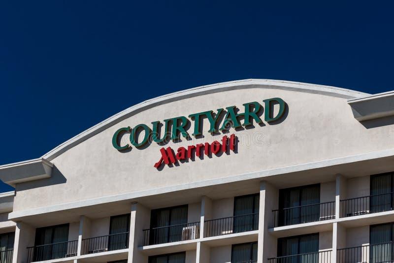 Hof durch Marriot-Motel-Äußeres und Logo stockfotografie