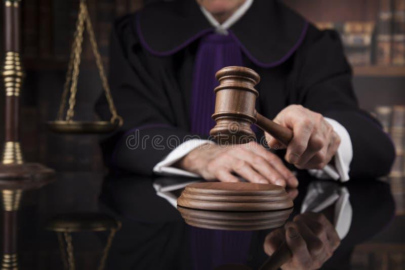 Hof hamer, Wetsthema, houten hamer van rechter stock fotografie