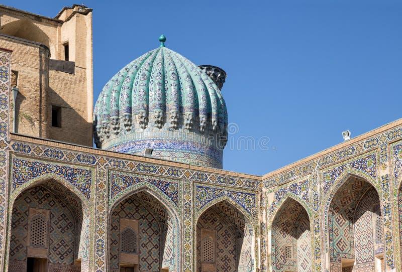 Hof Madrasah Sher-Dor Detail der Fassade stockbild