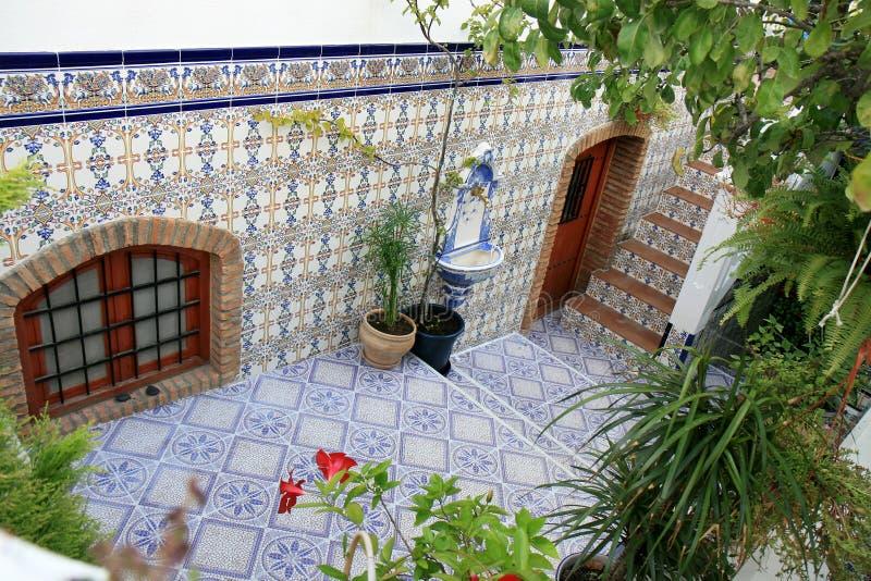 Hof mit spanischen azulejos, Nijar, Andalusien lizenzfreies stockfoto