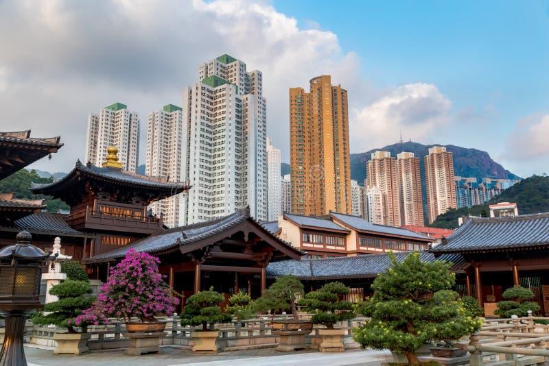 Hof und Gebäude von Chi Lin Nunnery in Nan Lian Gardens, Hong Kong Hintergrund von Stadtskylinen, von Wolken und von blauem Himme lizenzfreies stockfoto