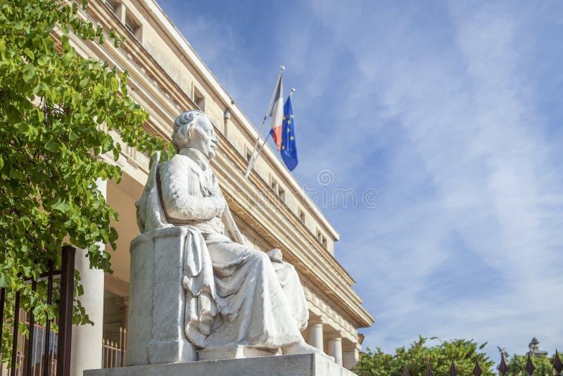 Hof van appel met standbeeld in Aix en Provence stock afbeeldingen