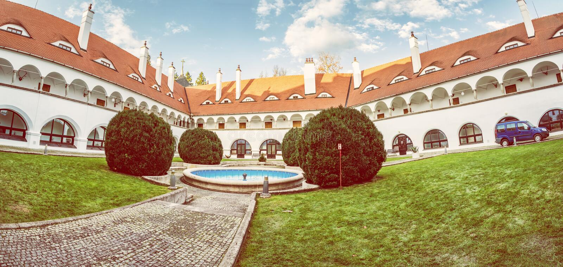 Hof von Topolcianky-Schloss, Slowakei lizenzfreie stockfotos