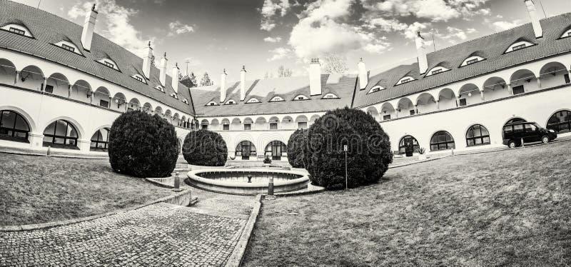 Hof von Topolcianky-Schloss, Slowakei, farblos lizenzfreies stockfoto