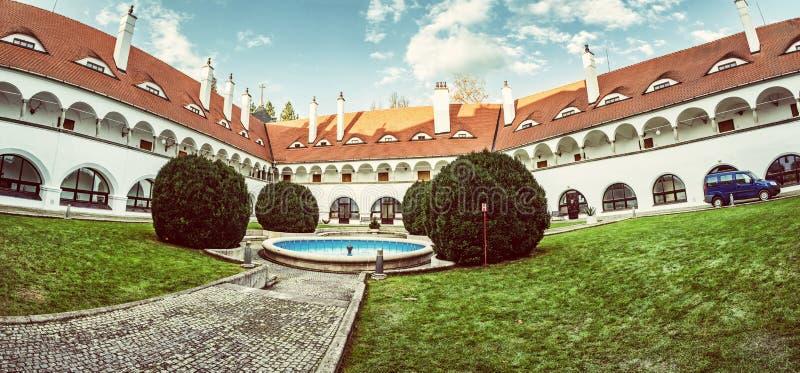Hof von Topolcianky-Schloss, Slowakei, gelber Filter lizenzfreies stockbild