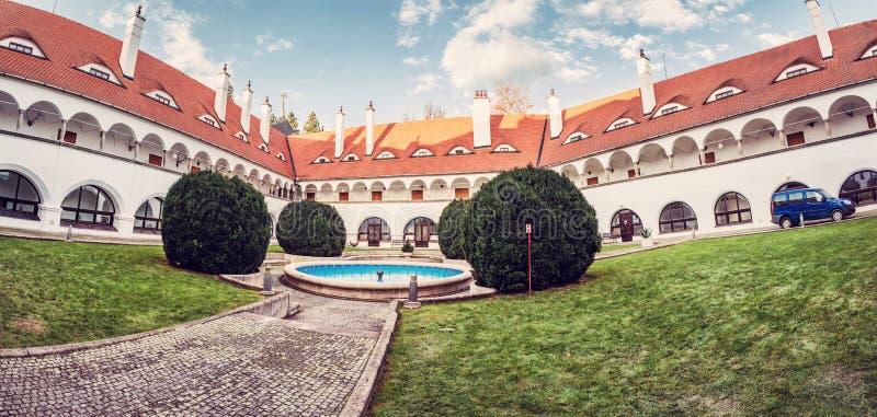 Hof von Topolcianky-Schloss, Slowakei, roter Filter stockfotografie