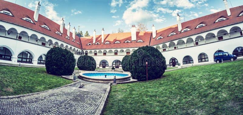 Hof von Topolcianky-Schloss, Slowakei lizenzfreie stockbilder