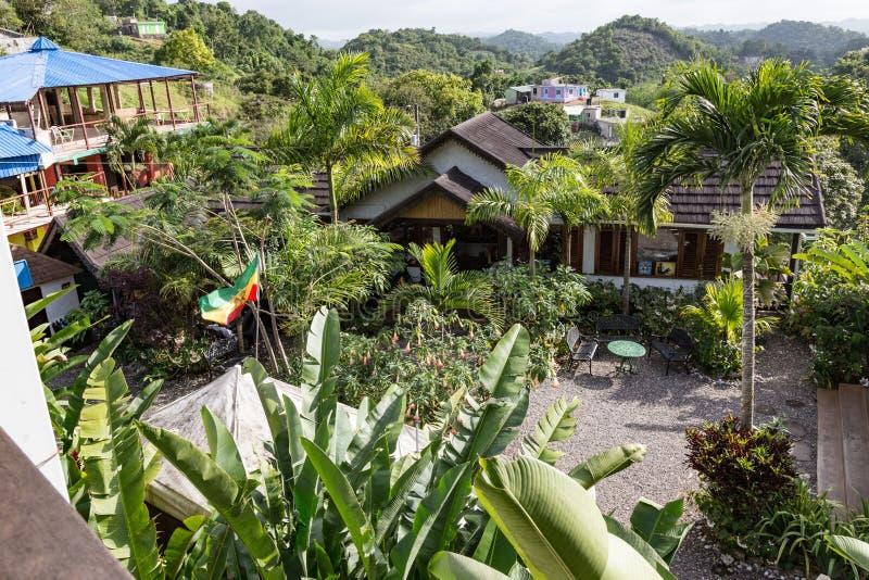 Hof werf van Bob Marley Museum met Heuvelige berg zij Negen Miles Jamaica royalty-vrije stock afbeeldingen