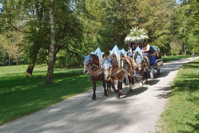 Hofbrau-Wagen mit Pferden lizenzfreies stockfoto