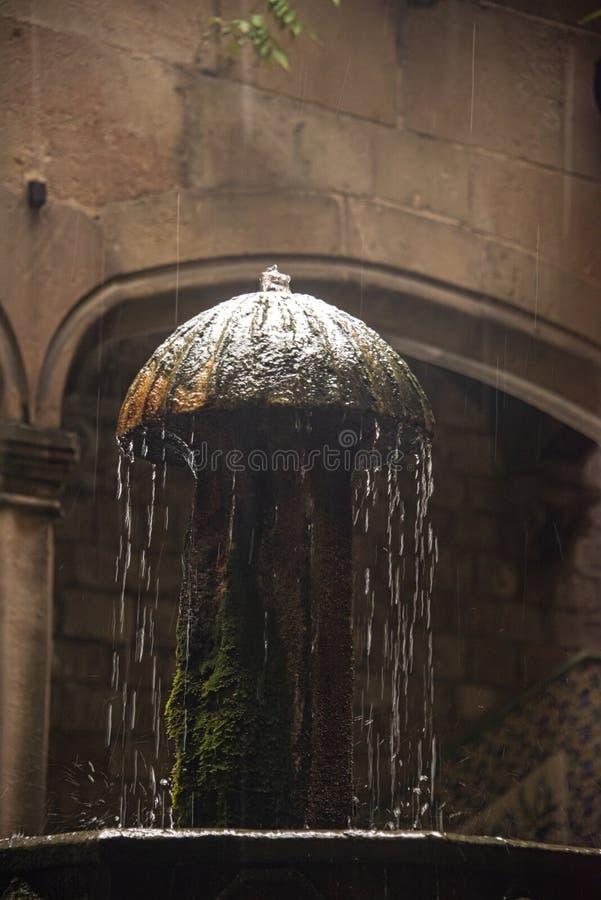 Hofbrunnen in einem Garten in Barcelona-Stadt stockbilder
