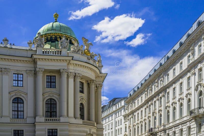 Hofburg slott på Michaelerplatz, Habsburg väldegränsmärke i Wien, Österrike royaltyfria bilder