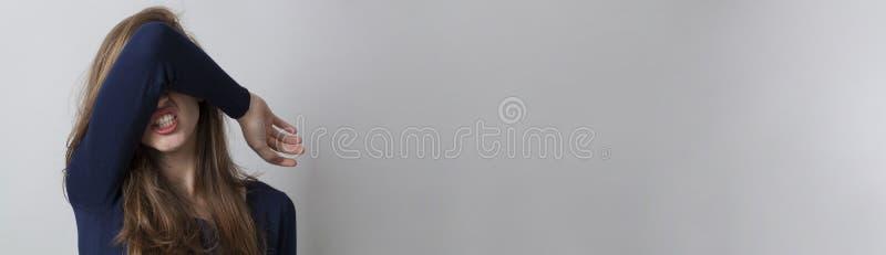 Hoffnungslose Frau, die ihr Gesicht, panoramische Fahne mit Kopienraum versteckt lizenzfreie stockfotos