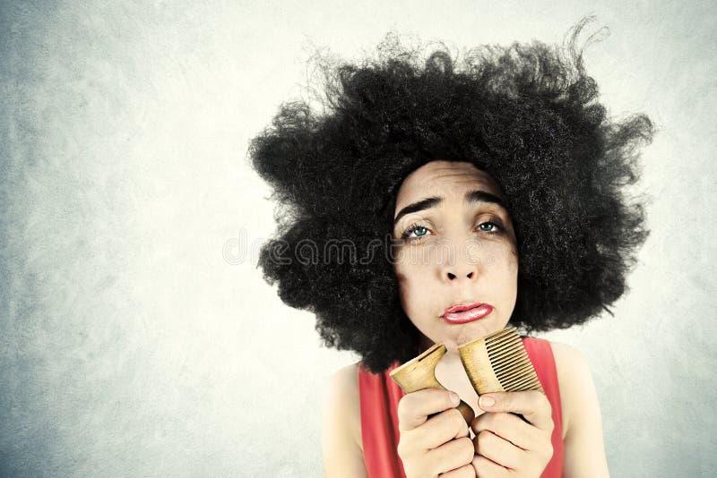 Hoffnungslose Frau kann ihr Haar nicht kämmen, weil sie ihren Kamm brach stockbilder