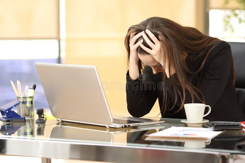 Hoffnungslose Geschäftsfrau nach Konkurs stockbild