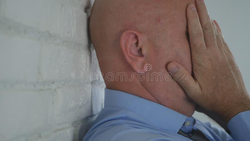Hoffnungsloser Geschäftsmann Image With Hands auf seinem Gesicht lizenzfreie stockfotos
