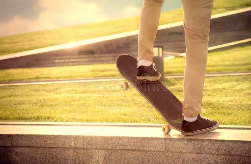 Hoffnungsloser Kerl macht extrem gefährliche Elemente auf dem skateboa lizenzfreies stockbild