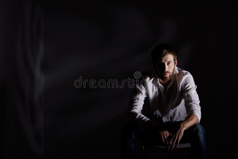 Hoffnungsloser Mann, der allein sitzt lizenzfreies stockbild